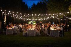 Decofilia te muestra todo tipo de ideas de iluminación para bodas de exterior: velas, farolillos, leds o tiras de luz para vestir de magia un día especial