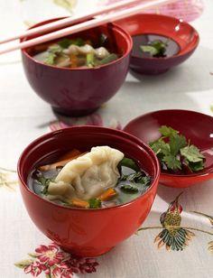 Rezept für Asia-Maultaschen bei Essen und Trinken. Ein Rezept für 3 Personen. Und weitere Rezepte in den Kategorien Gemüse, Kräuter, Schwein, Vorspeise, Hauptspeise, Suppen / Eintöpfe, Kochen, Asiatisch.