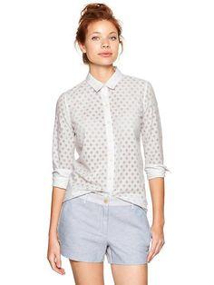 Pin for Later: Encore des vêtements canon pour le pont de l'Ascension ! Chemise Gap Gap Fitted Boyfriend Burnout Dot Shirt (34 $ au lieu de 55 $)