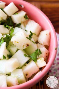 Receita de Salada de Abacaxi e Pepino - um prato refrescante para servir na Ceia de Ano Novo! #receitas #salada #verão #comida #anonovo #ceiaanonovo
