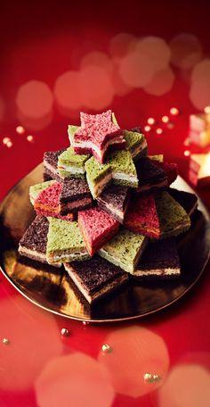 #MaTableAuSommet  Pour Noël, le pain surprise rivalise de fantaisie avec sa silhouette de sapin surmonté d'une étoile. On se régale des yeux avant de piocher parmi l'une des 5 saveurs proposées. 34 mini-sandwichs au - Comté et girolle, bloc de foie gras de canard et compotée d'oignons, tomate, fromage frais et basilic, saumon fumé et asperge verte, jambon Serrano, roquette. Un véritable festival de gourmandises.