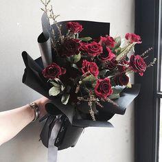 . Lesson Order Katalk ID vaness52 E-mail vanessflower@naver.com . #vanessflower #vaness #flower #florist #flowershop #handtied #flowergram #flowerlesson #flowerclass #바네스 #플라워 #바네스플라워 #플라워카페 #플로리스트 #꽃다발 #부케 #원데이클래스 #플로리스트학원 #화훼장식기능사 #플라워레슨 #플라워아카데미 #꽃수업 #꽃스타그램 #부케 #花 #花艺师 #花卉研究者 #花店 #花艺 . . 벌써보고싶은#블랙뷰티장미 ❤️