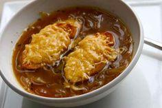Hallo maandag! Dit wordt een week met mijn allerlekkerste soepen. We beginnen goed. De uiensoep van Jamie Oliver. Uien snijden, niet mijn favoriete bezigheid, maar het is voor een goed doel. De beste uiensoep ever. Maak hem zelf een keer. Met Jamie kan het niet mis gaan. Op naar een heerlijke week gevuld met soep! …