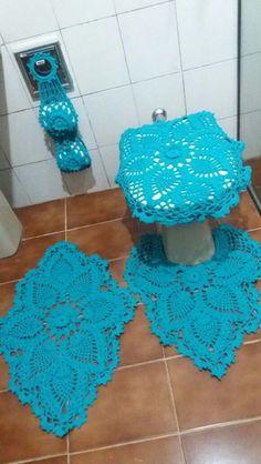 Jogo de banheiro em crochê feito com barbante Bandeirantes azul.  São 4 peças:  2 tapetes  1 capa de assento  1 porta papel higiênico    PRONTA ENTREGA    Qualquer duvida mande uma mensagem!  Obrigada