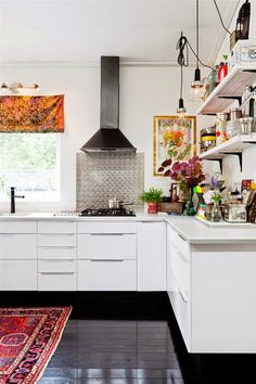 A happy Swedish home with black floors and bright colours. Home owner: Hannah Billberg. Hus o Hem. Kitchen Interior, Kitchen Room, Kitchen Remodel, Kitchen Decor, Kitchen Dining Room, Home Kitchens, Black Floor, Sweden House, Kitchen Design