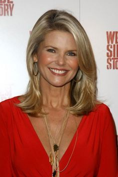 Christie Brinkley Medium Straight Cut - Christie smiles for the camera while showing off her sleek side parted blonde hairdo. Hairstyles Over 50, Fringe Hairstyles, Funky Hairstyles, Short Hairstyles For Women, Hairstyle Short, Short Haircuts, Layered Haircuts, Hairstyle Ideas, 60 Year Old Hairstyles