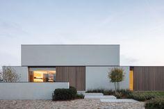 CAS architects creates synergy between linear architecture and a warm interior photo: Tim Van de Velde Minimalist House Design, Minimalist Architecture, Modern Architecture House, Facade Architecture, Modern House Design, Sustainable Architecture, Villa Design, Facade Design, Exterior Design