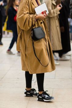 The Best Mini Bags to Add to Your Closet Best Mini Bags / Street style fashion / fashion week Casual Chic Outfits, Style Casual, Komplette Outfits, Fashion Outfits, Fashion Clothes, Fashion Week, Paris Fashion, Love Fashion, Autumn Fashion