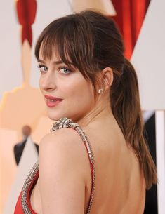 Whether you have a round face, an oval, square, or heart-shaped one, find the perfect bangs for your shape. Face Framing Bangs, Bangs For Round Face, Square Face Hairstyles, Face Shape Hairstyles, Long Hair With Bangs, Haircuts With Bangs, Round Faces, Dakota Johnson, Bangs Ponytail