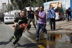 パレスチナ自治区ガザ地区(Gaza Strip)南部ラファ(Rafah)で、国連(UN)運営の学校に対するイスラエル軍の攻撃により負傷した子どもを運ぶ男性(2014年8月3日撮影)。(c)AFP/SAID KHATIB ▼4Aug2014AFP|ガザ国連学校にまた攻撃、10人死亡 事務総長「犯罪行為」と非難 http://www.afpbb.com/articles/-/3022184 #Rafah