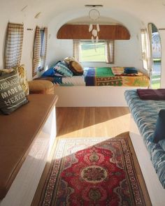 Best Airstream Trailer Bedroom Design Ideas For Cozy Sleep Outdoors - Home and Camper Airstream Interior, Campervan Interior, Airstream Sport, Camping Con Glamour, Kombi Motorhome, Camper Trailers, Travel Trailers, Rv Travel, Caravan Renovation