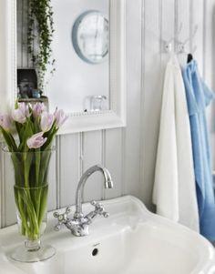 Mysigt lantligt badrum i grå toner & kakelugn | Leva & bo | Heminredning Allt för Hus & Hem | Expressen