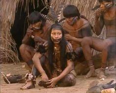 A imagem mostra SILVIA NOBRE WAIÃPI em sua aldeia da etnia Waiãpi, no Parque Indígena do Tumucumaque, extremo norte do Brasil, na fronteira com a Guiana Francesa.  (Foto Arquivo pessoal)