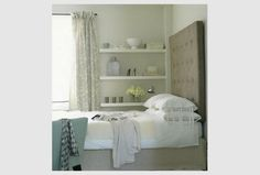 Amei a ideia das prateleiras - Prateleiras e cama em quarto | Eu Decoro