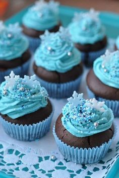There will be some delicious muffins at the Frozen Party. These see pe . - There will be some delicious muffins at the Frozen Party. These look perfect for that. Thank you fo - Cupcakes Frozen, Pastel Frozen, Freeze Muffins, Cap Cake, Elsa Cakes, Frozen Themed Birthday Party, Baking With Kids, Creative Cakes, Party Cakes