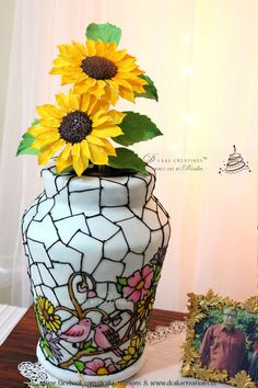 Creative And Inexpensive Tips: Vases Interior Nature geometric vases living rooms.Modern Vases With Flowers pink geometric vases. Glass Flower Vases, Stained Glass Flowers, Big Vases, Large Vases, Clear Vases, Pottery Painting Designs, Black Vase, White Vases, Hand Painted Cakes