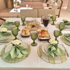 Love this spring table Table Setting Inspiration, Table Manners, Green Table, Beautiful Table Settings, Table Set Up, Dinning Table, Elegant Table, Table Arrangements, Deco Table