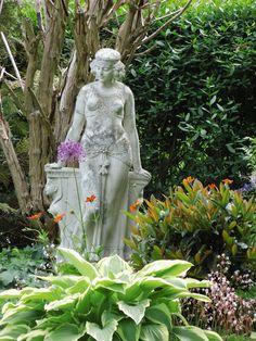 So eine Statue wünsche ich mir auch für meinen Garten. Diese steht in Küsten im Wendland.