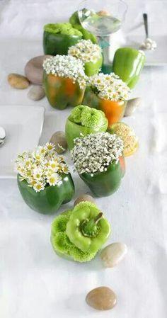 Allestimento tavola con peperoni come vasi