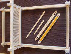 În atelier   Atelierul de miniaturi Loom Weaving, Loom Knitting, Yarn Crafts, Textile Art, Projects To Try, Creations, Carpet, Rugs, Tableware