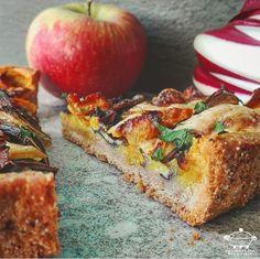 Torta salata al farro con radicchio, cacio e mele alla curcuma