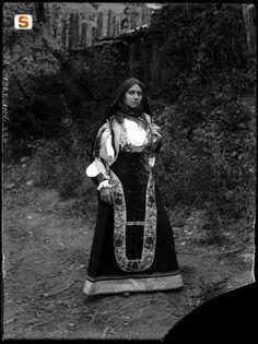 Aritzo, ragazza in abito tradizionale di gala