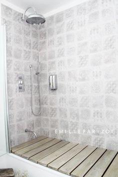 baignoire 2 en 1 ! Difficile de choisir entre confort de la baignoire et praticité de la douche ? Si vous avez suffisamment de hauteur sous plafond, créez donc une douche au fond amovible posé directement sur la baignoire