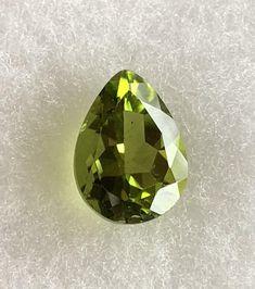 Gemma peridoto olivina.                     cleopatrartstones Relaxing Colors, Handmade, Etsy, Jewelry, Art, Peridot, Art Background, Jewels, Schmuck
