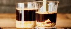 Připravte si silné espresso a zalejte kondenzovaným mlékem.