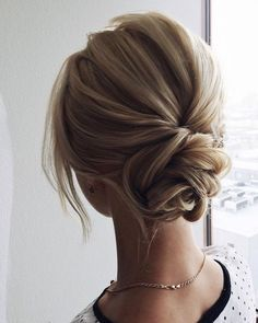Just like for all brides, when the big day is approaching,many decisions have to be made. Wedding hair is a major part of what gives you good looks. These incredible romantic wedding updo hairstyles are seriously stunning. Short Hair Updo, Messy Updo, Medium Hair Styles, Natural Hair Styles, Short Hair Styles, Trending Hairstyles, Bun Hairstyles, Hairstyles Videos, Simple Hairstyles
