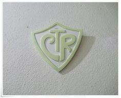 Peça feita em resina.Utilizada como item decorativo em parede, mesa/estante com suporte.  Fluorescente(fica iluminado no escuro) R$ 10,50