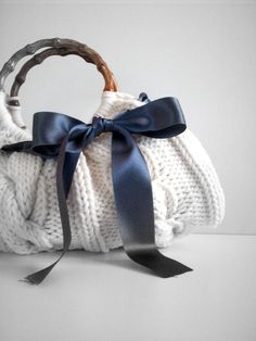 Knitted white cable bag with blue ribbon Knitted Bags, Crochet Bags, Knit Crochet, Recycled Sweaters, Diy Clothing, Bag Making, Sewing Crafts, Purses And Bags, Shoes