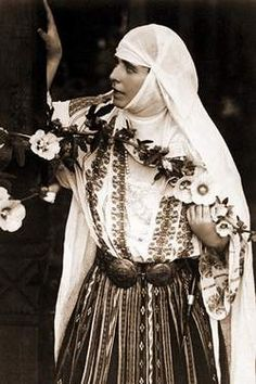 Regina Maria a României în costum popular - Queen Marie of Romania dressed in traditional costume Queen Mary, King Queen, Romanian Royal Family, Peles Castle, Princess Alexandra, Kaiser, Folk Costume, Queen Of Hearts, Queen Victoria