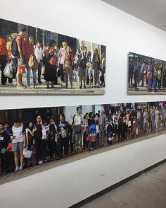 Inaugura hoje a exposição Nósoutros do fotógrafo e colaborador de ELLE @bobwolfenson. A mostra reúne imagens de esquinas e cruzamentos de 15 cidades ao redor do mundo. Incluindo Hong Kong (na foto) para onde Bob viajou para clicar a nossa inesquecível robô Sofia capa da edição de dezembro. As impressões chegam a dez metros de comprimento. A expo na galeria Millan em SP vai até 24 de fevereiro. (via @luaracalvianic)  via ELLE BRASIL MAGAZINE OFFICIAL INSTAGRAM - Fashion Campaigns  Haute…