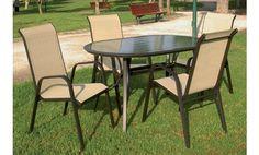 Este comedor es perfecto para disfrutar de comidas en su jardín o terraza durante el buen tiempo. Está compuesto por mesa ovalada y cuatro sillones fabricados en aluminio y textilene