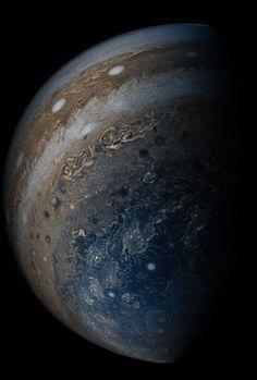 Nuvens de muitas cores de Júpiter são vistas nesta imagem da nossa nave espacial Juno como era correr para fora do planeta após a sua sétima passagem próxima em 19 de Maio de 2017, de cerca de 29.100 milhas (46.900 km) acima dos topos das nuvens. Dê uma olhada: http://go.nasa.gov/2sBD1SQ