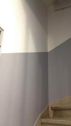 - Peinture de la cage d'escalier en deux tons.