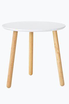 Soffbord med skiva av lackad mdf och ben av gummiträ. Ø 50 cm. Höjd 46 cm. Levereras omonterat. <br><br>