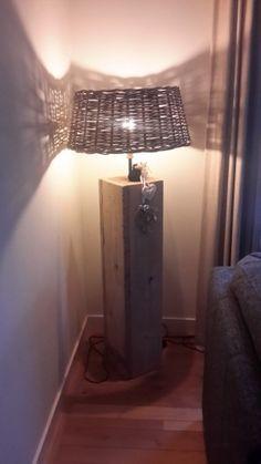 Lamp gemaakt van stijgerhout de kap is van een rieten mand die je om een kerstboomstam zet