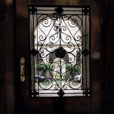 Scalpitando in attesa di cortili aperti...  #adsi #viacappuccio #milano #cortimilanesi #mymilano #city_explore #art #culture #architecture #history #milan #frame #door #window #courtyard #secretplaces #traveling #italy #through_italy #scatti_italiani #vivomilano #volgomilano #milanocityufficiale #milaninsight #milanodavedere #igersmilano #picoftheday by unacerta_federica