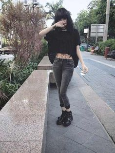 I'm in love with this picture. I don't even know why(Fashion Grunge Alternative) Fashion 90s, Fashion Mode, Dark Fashion, Grunge Fashion, Gothic Fashion, Fashion Outfits, Grunge Look, Grunge Girl, Grunge Style