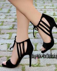 Black shoes with short heels Fancy Shoes, Pretty Shoes, Beautiful Shoes, Cute Shoes, Wedding Shoes Heels, Prom Shoes, Short Heels, High Heels, Stiletto Heels