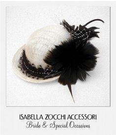 Cappellino bianco con piume burlesque mini hat
