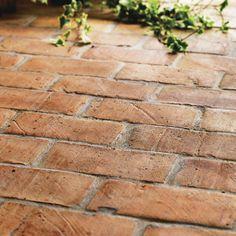 Fraktfritt! Handslaget rött golvtegel. Röda tegelplattor för golv. Passande klassiska, lantliga, rustika miljöer, i badrum, kök, hall och orangerier.