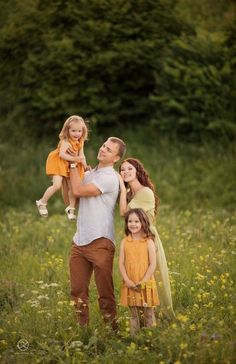 Neutral colors always work well with all backgrounds. Try to coordinate colors with minimal patterns. Family Portrait Poses, Family Picture Poses, Family Picture Outfits, Family Photo Sessions, Family Posing, Family Photoshoot Ideas, Family Portrait Photography, Photography Ideas, Summer Family Pictures