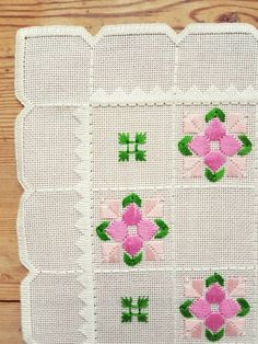 Hardanger Embroidery Tutorial Beautiful embroidered tablecloth in white linen from Sweden - Hardanger Embroidery, Paper Embroidery, Crochet Doily Patterns, Crochet Flowers, Doilies Crochet, Sunbonnet Sue, Machine Embroidery Patterns, Embroidery Designs, Crochet Bedspread