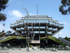 La biblioteca Geisel es uno de los edificios más emblemáticos, que pertenece a la Universidad de California en San Diego. Su estructura la hace popular dentro del barrio de La Jolla, situado en los suburbios de San Diego. Y la convierte en el centro de múltiples actividades e investigaciones universitarias.