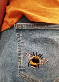 Bumble Bee embroidery // DIY embroidery in jeans // Embroidered jeans # Embroide. - Bumble Bee embroidery // DIY embroidery in jeans // Embroidered jeans # Embroidered - Diy Denim, Diy Jeans, Denim Crafts, Jeans Denim, Upcycled Crafts, Easy Crafts, Blue Jeans, Painted Jeans, Painted Clothes