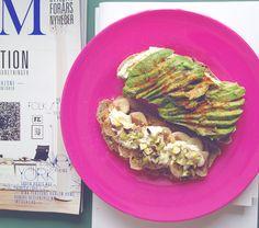 Flødeost med avocado, chili & havsalt og peanutbutter med bananskiver, kanel, flødeost, akaciehonning, havsalt og pistacienødder