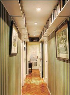 Estanterías en el pasillo. | Decorar tu casa es facilisimo.com